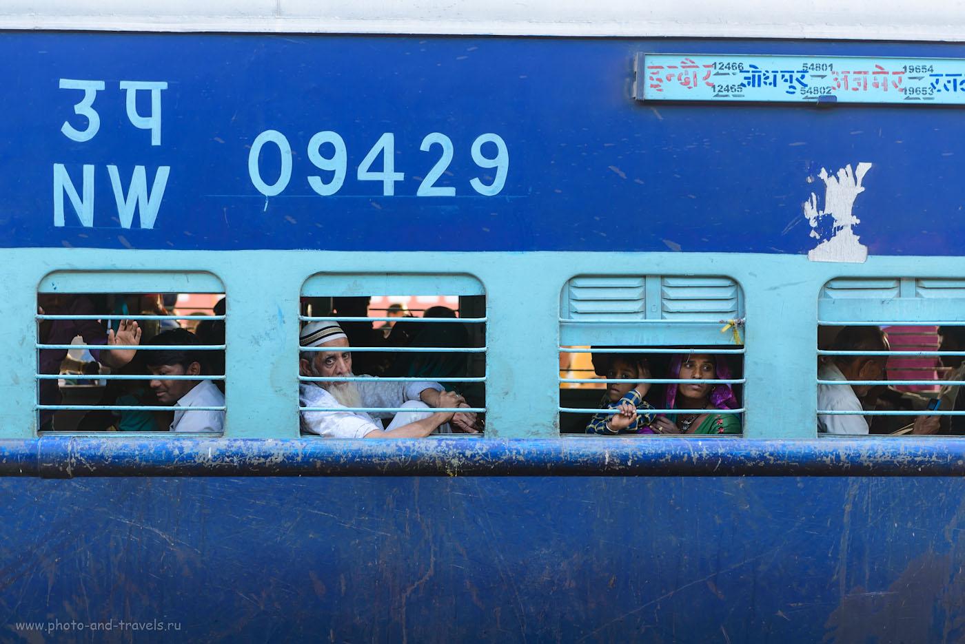 Фотография 19. Поезда в Индии очень колоритные. Сценка на вокзале в Джайпуре. 1/160, 0.33, 3.2, 220, 70.