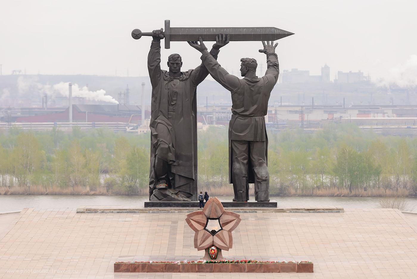 Фото 1. Монумент «Тыл - фронту» можно посетить в Магнитогорске по пути на отдых в Башкирии. Камера Nikon D80, объектив Nikon 70-200mm f/2.8. Параметры съемки: выдержка 1/400, экспокоррекция 0EV, диафрагма f/5.0, ISO 200, фокусное расстояние 185 мм.