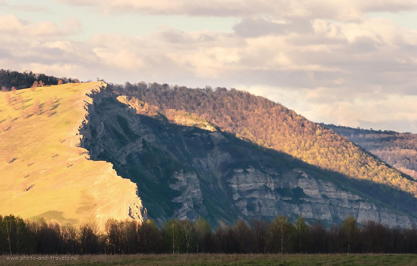 Фотография 34. Скала Уклы-Кая - одна из впечатляющих достопримечательностей Башкирии. Посмотрите на домики и на деревца, цепляющиеся за спину холма, чтобы понять, что 180 метров – это очень много! 1/320, -1.0, 8.0, 400, 200.