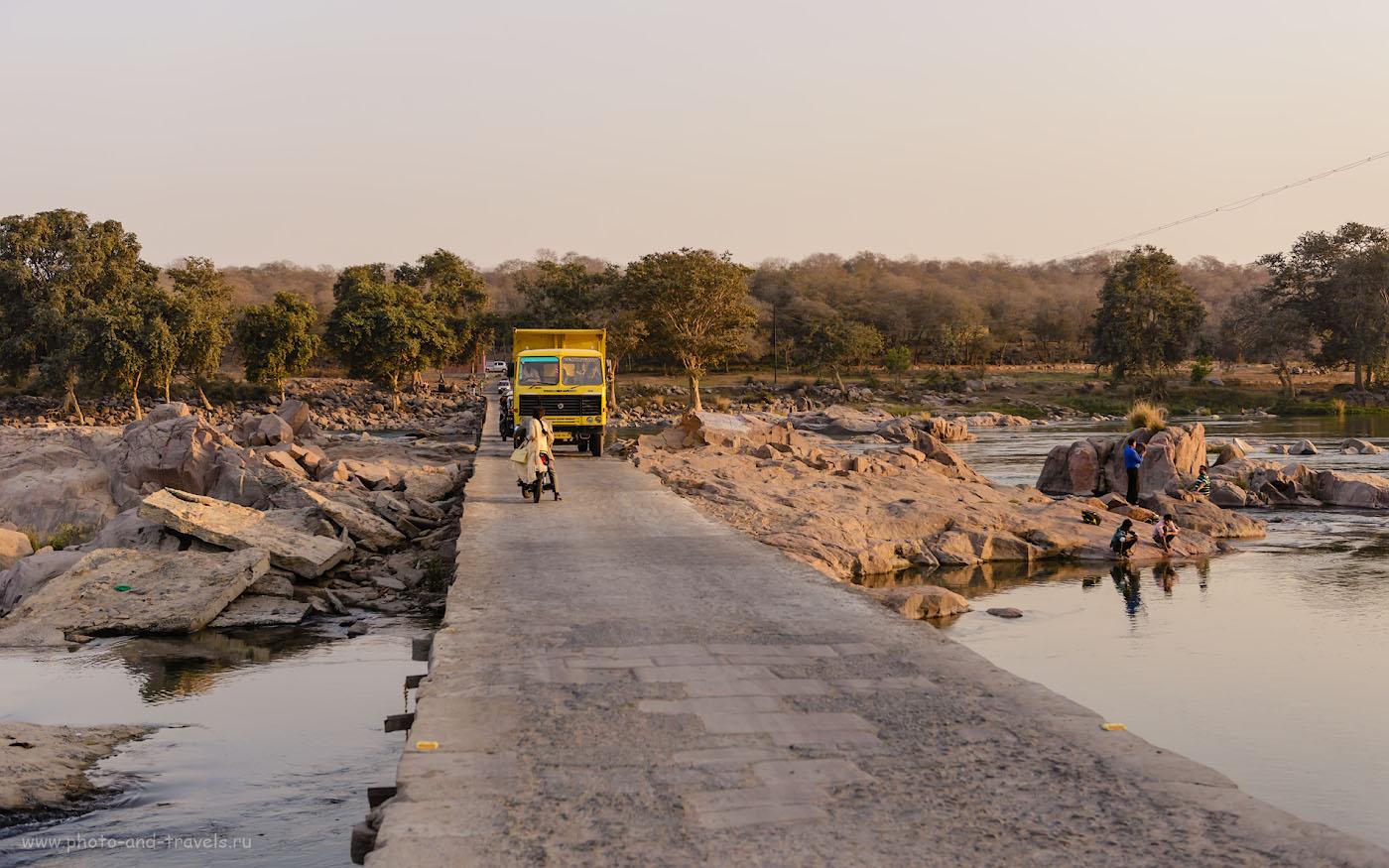 Фото 3. Мост через реку Бетва в городе Орчха. Отзывы о поездке в Индию «дикарями». 1/500, 4.5, 220, 28.