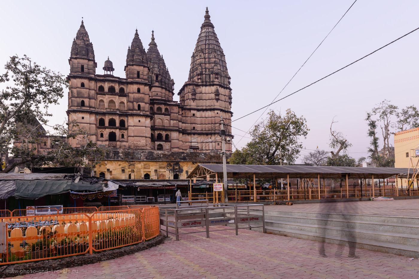 Фотография 9. На центральной площади Орчхи напротив храма Чатурбхудж Мандир. Утро в Индии. 1.6, -0.67, 9.0, 100, 24.