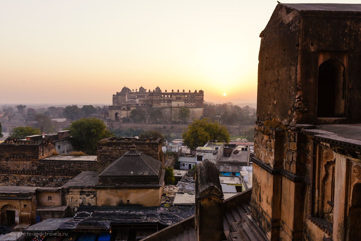 Снимок 12. Рассвет над дворцом Радж Махал (Raja Mahal) в Орчхе. Отзывы туристов об отдыхе в Индии. Фотоаппарат Nikon D610, объектив Nikon 70-200mm f/2.8G. Параметры съемки: 1/60, -1.33, 8.0, 200, 27.
