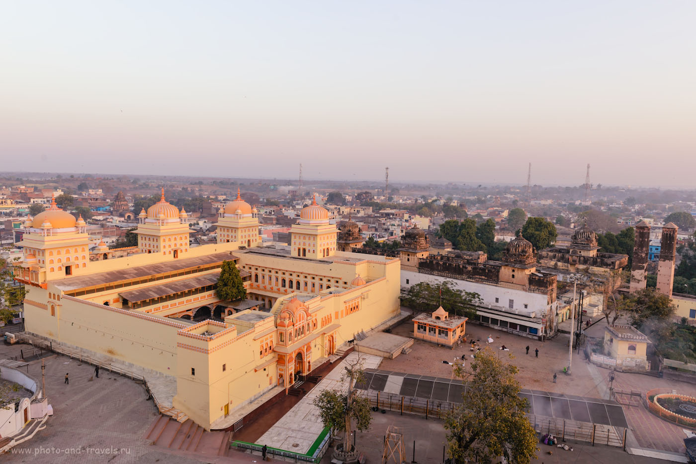 Фотография 15. Вид с крыши храма Чатурбхудж Мандир на Рам Раджа. 1/50, -0.33, 8.0, 180, 24.