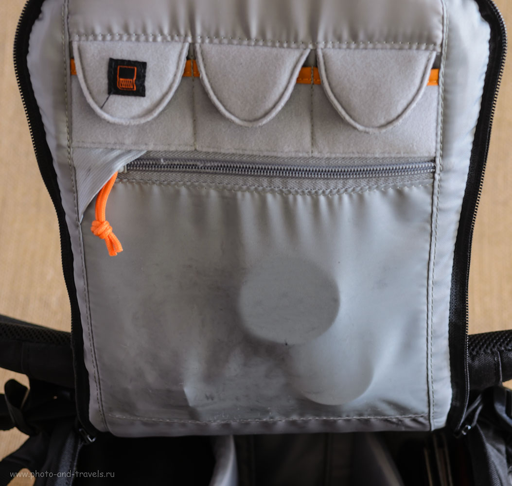 Фотография 7. Задняя крышка имеет кармашки для карт-памяти и другой мелочёвки.