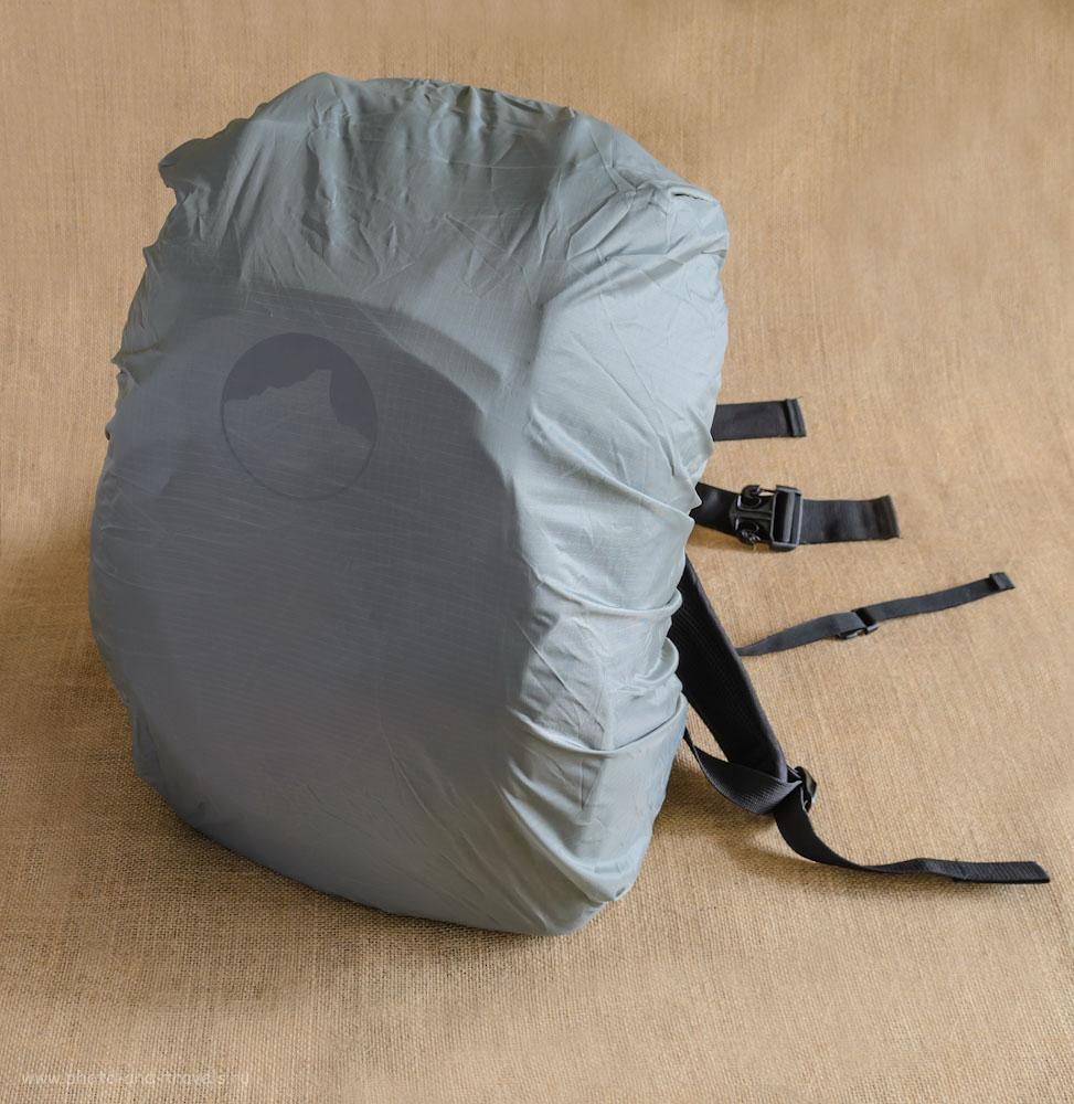 Фотография 13. Защитный чехол скрыт в отделе в нижней части рюкзака для фотоаппарата Lowepro Flipside 400 AW.