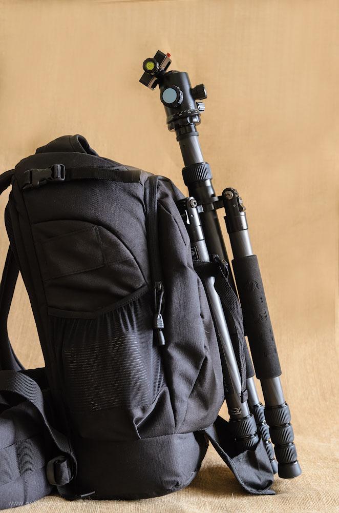 Фото 10. Специальные крепления и выдвижной карман-упор позволяют прикреплять к фоторюкзаку Lowepro Flipside 400 AW снаружи, при необходимости, штатив.