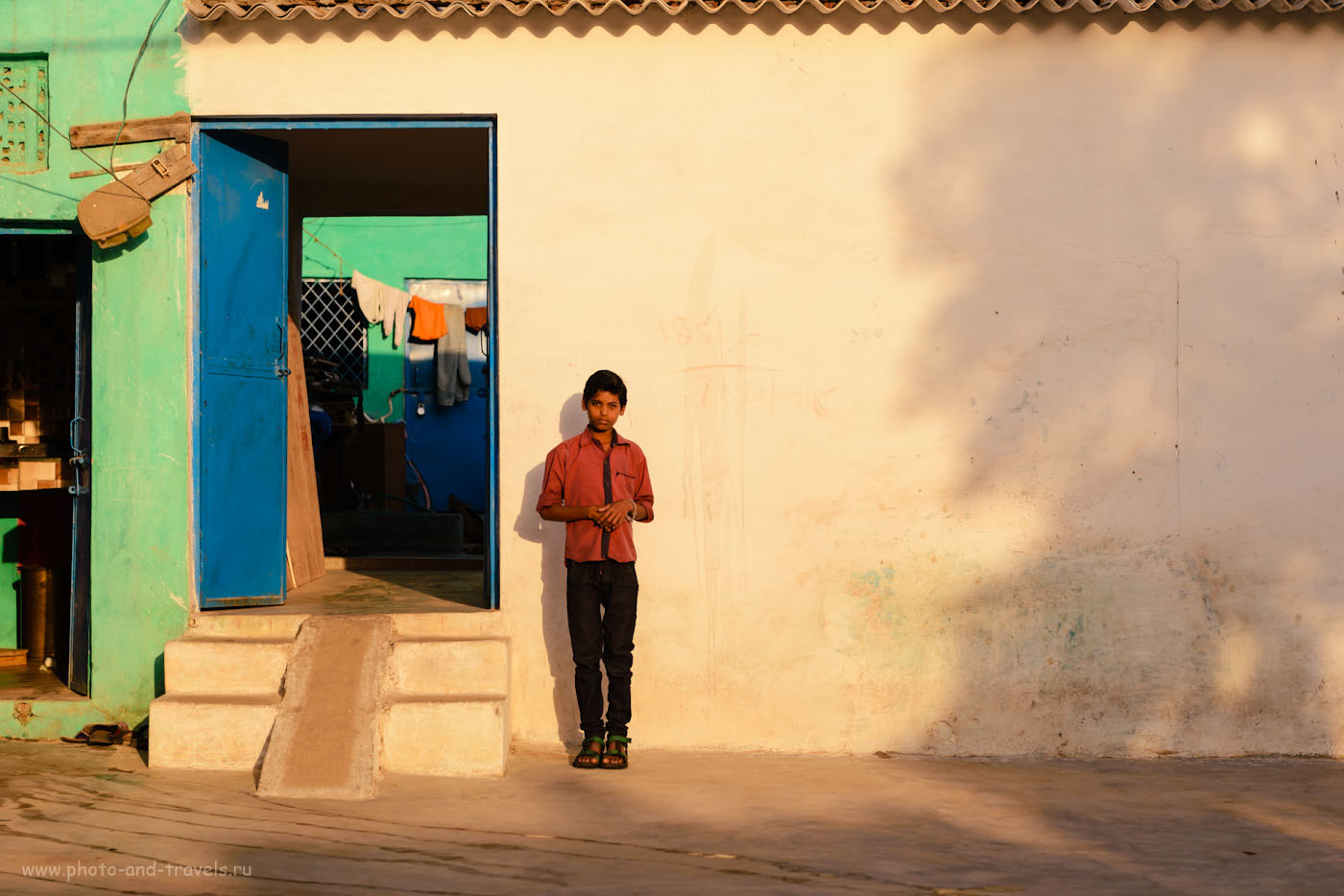 Фотография 4. Мальчик из Орчхи. Хотя он и позирует в ответ на мой жест о фотосъемке, мне портрет нравится. 1/800, +0.33, 4.5, 100, 70.