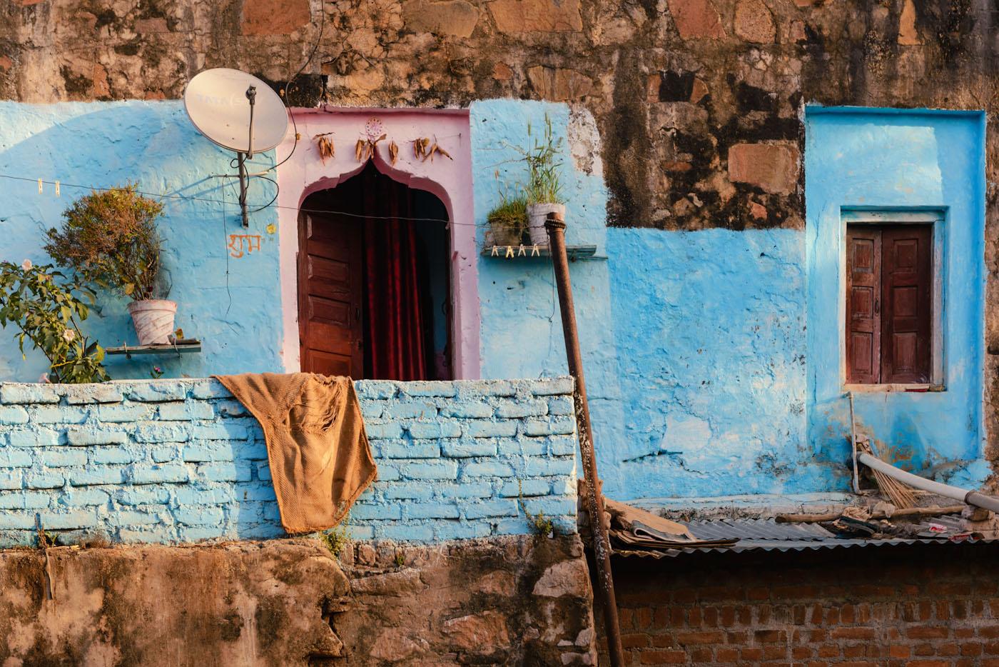 Снимок 8. Любят в Индии синий цвет! Наверное, в этом доме живет семья, переселившаяся из Джодхпур, голубого города. 1/125, 7.1, 140, 62.