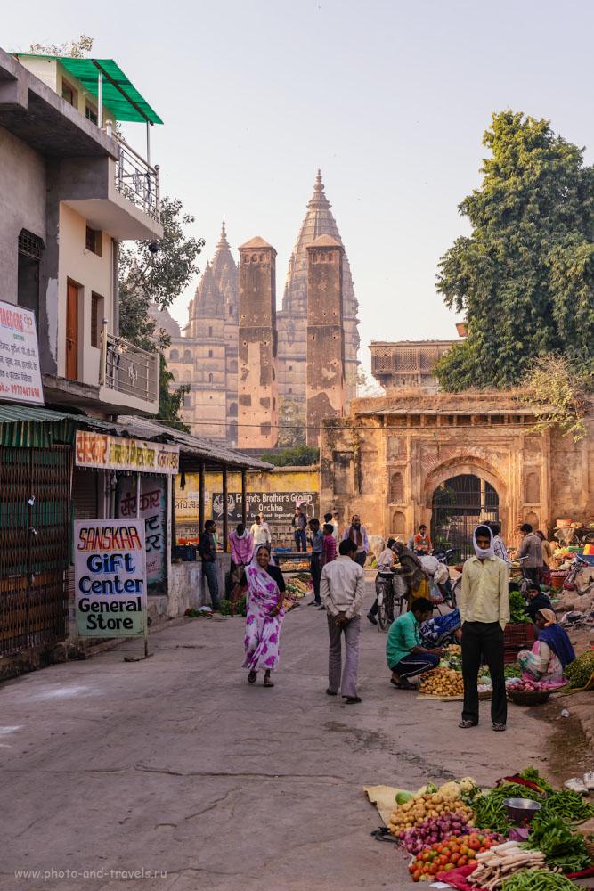 Фото 10. Овощной рынок в Орчхе. Столбы эти называются Sawan Bhadon. 1/125, 7.1, 160, 55.
