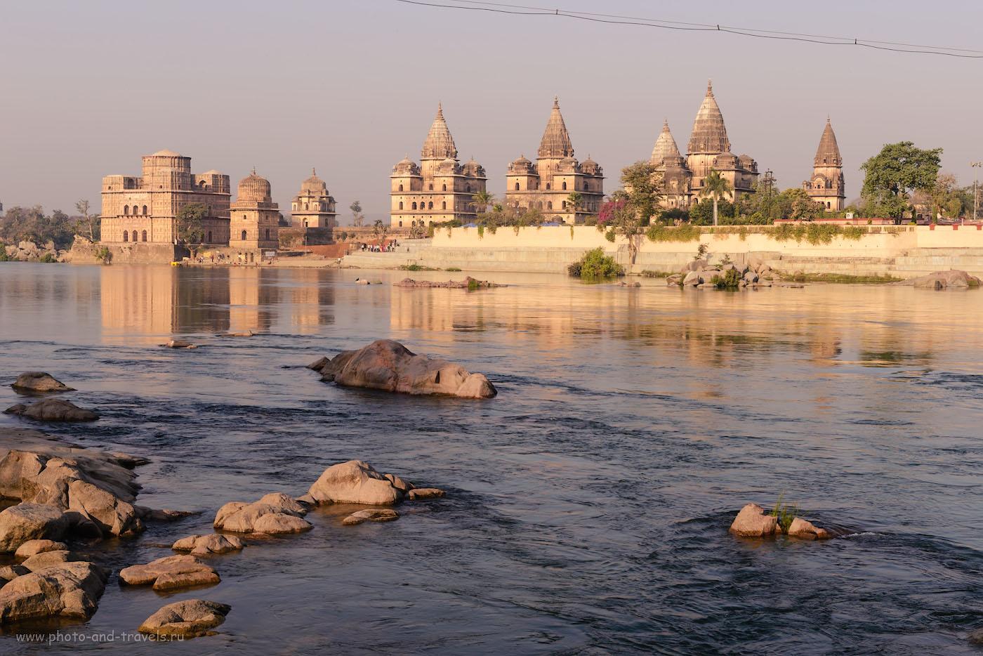 Фотография 18. Река Бетва и её кенотафы. За этой картинкой мы и приехали в Орчху. 1/125, +1.0, 13.0, 220, 56.