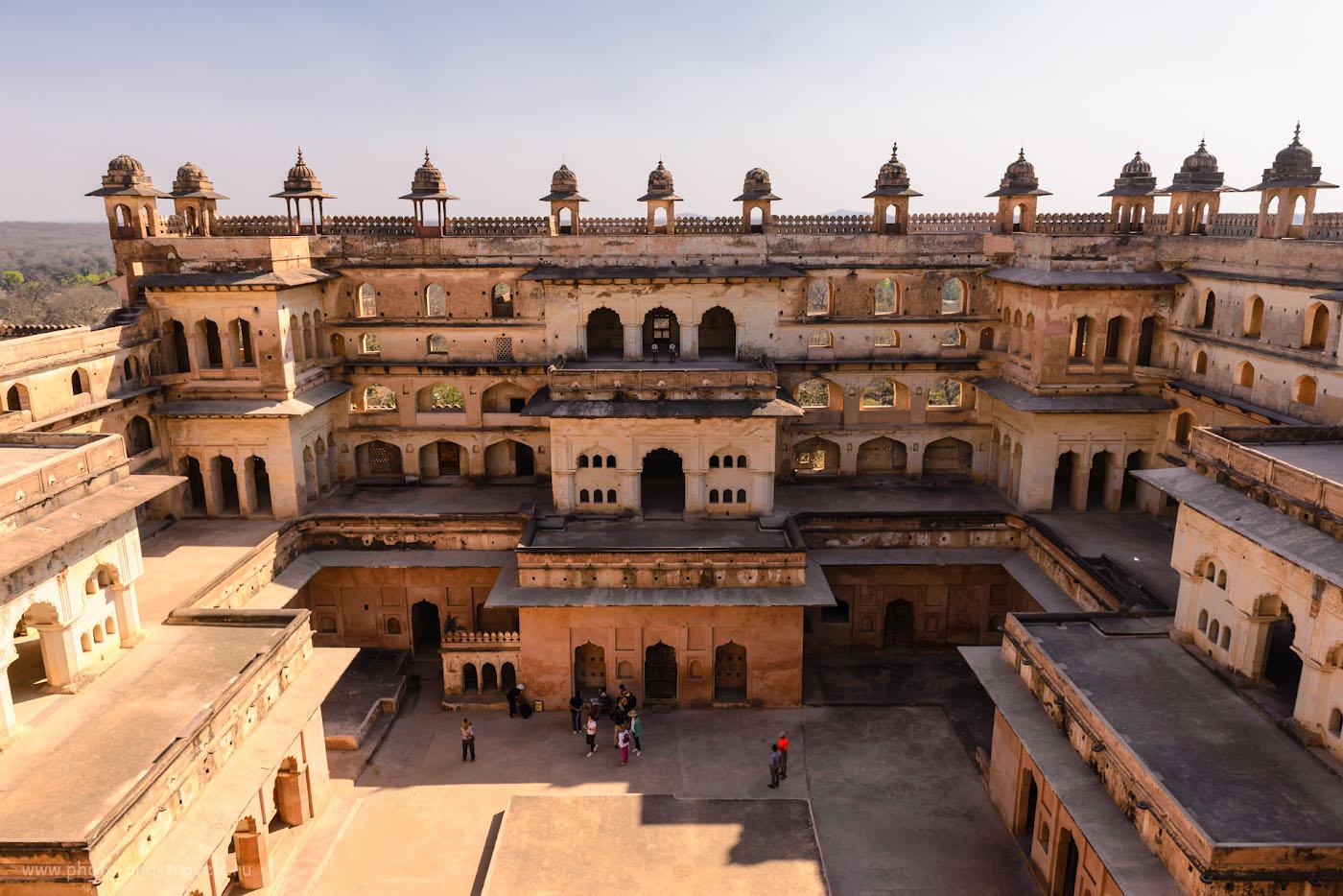 Фотография 21. Туристы во дворе дворца Радж-Махал в Орчхе. Отчет о поездке в Индию самостоятельно.