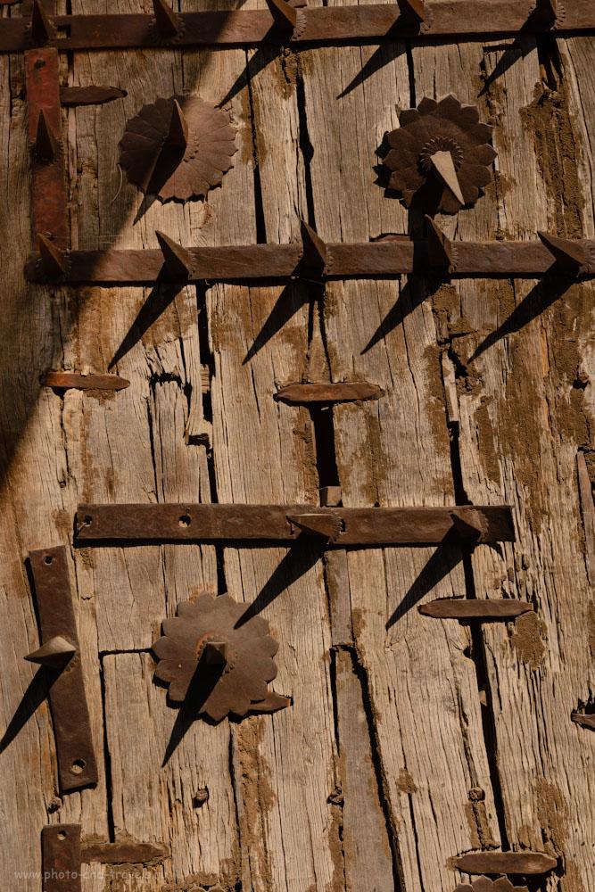 Фото 2. Шипы в старинных воротах форта в Орчхе. Отзывы туристов о путешествии в Индию дикарями.