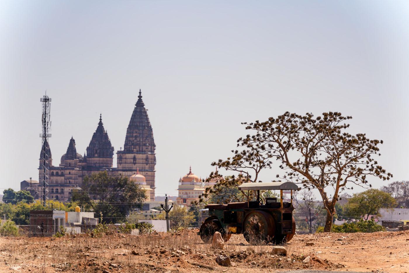 Фото 21. Вид на храм Чатурбхудж Мандир в Орчхе со стороны какой-то деревушки в окрестностях города. Снимал на телеобъектив Nikon 70-200mm f/2.8 + экстендер Nikon TC-14E II, поэтому кажется, что совсем близко. 1/500, 8.0, 220, 210.