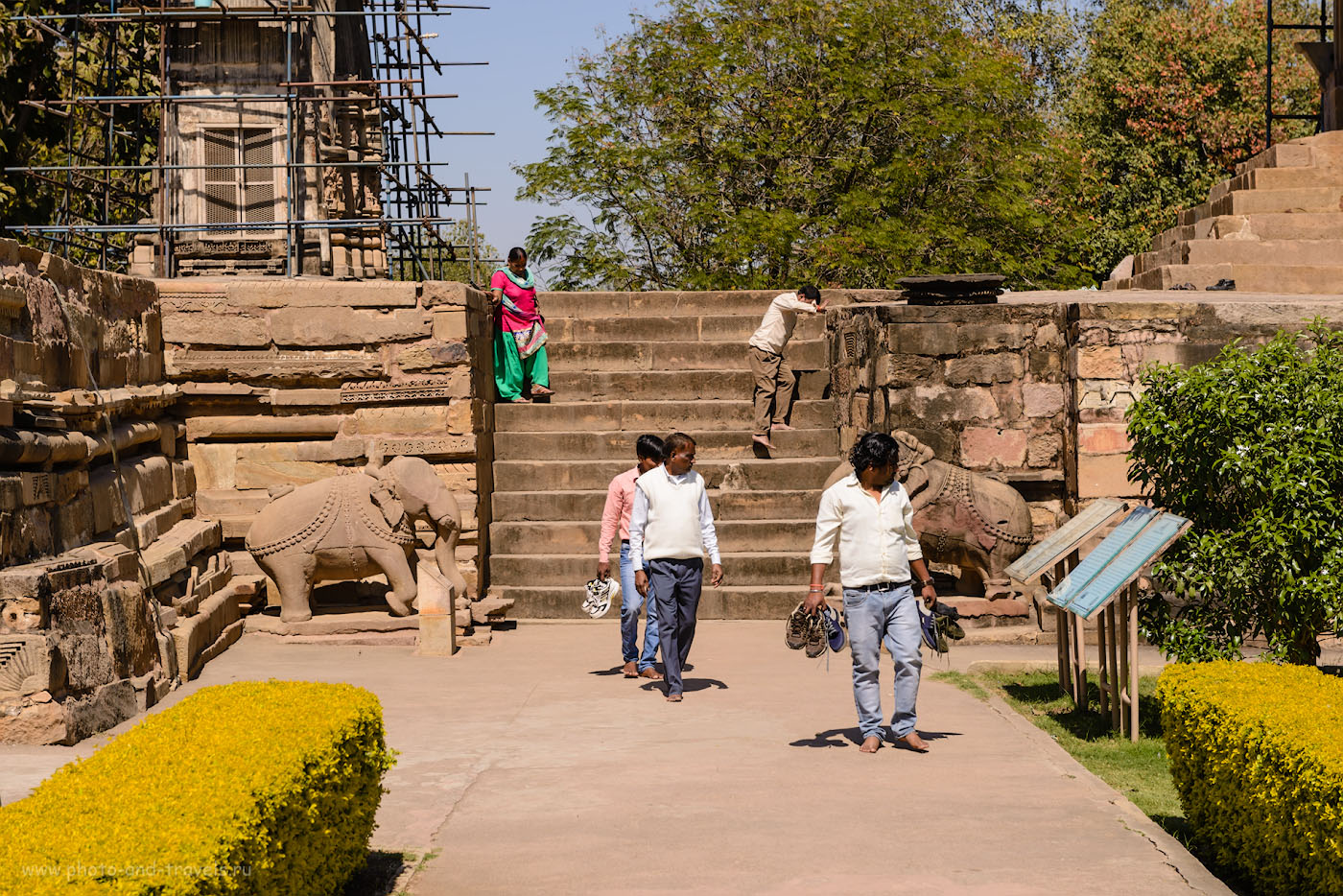 Фото 3. Туристы на ступенях одного из храмов Кхаджурахо. Поездка по Индии в феврале. 1/640, -1.0, 8.0, 100, 70.