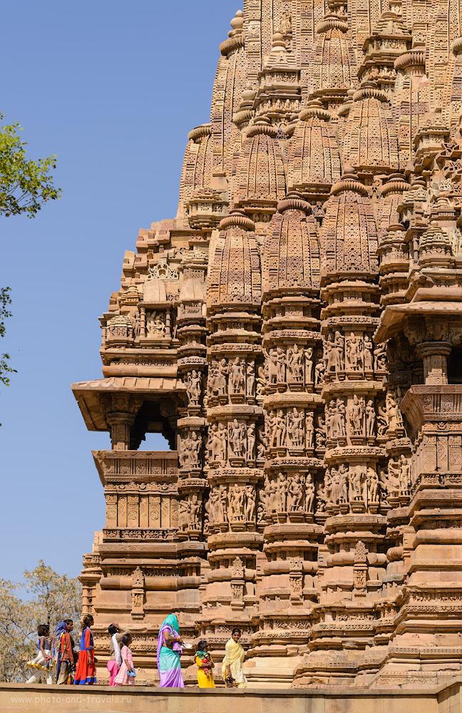 Фотография 9. Туристы в Кхаджурахо. Отчет о путешествии по Индии в феврале. Камера Nikon D610 и телеобъектив Nikon 70-200mm f/2.8G. Параметры: 1/320, 8.0, 100, 100.