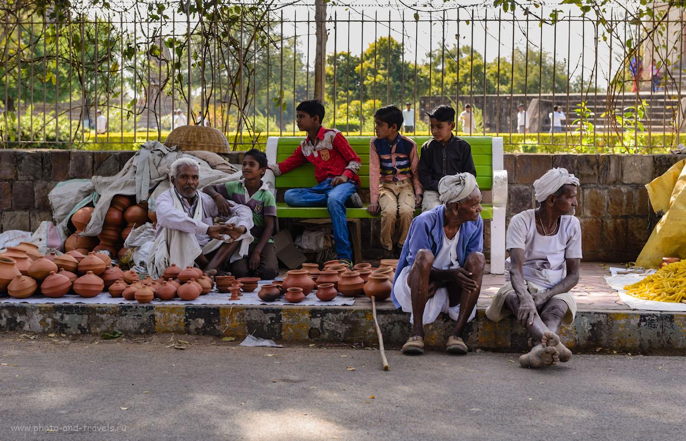 Фото 14. Гончары предлагают свою продукцию у ограды Западной группы храмов в Кхаджурахо. 1/125, 5.6, 320, 62.