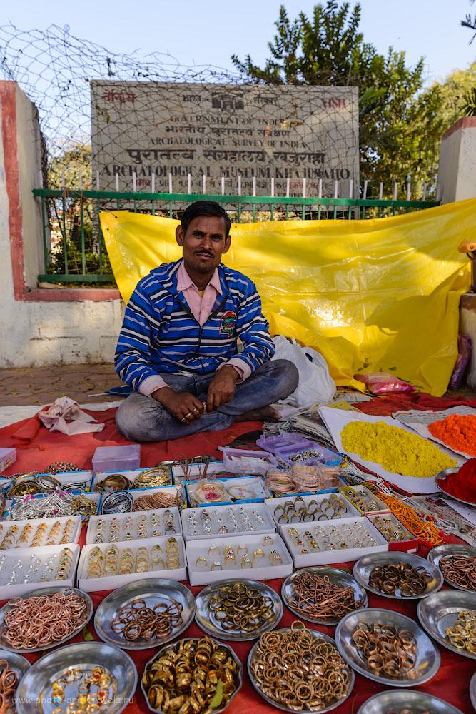 Фото 15. Продавец бижутерии в Кхаджурахо. 1/160, 6.3, 100, 24.