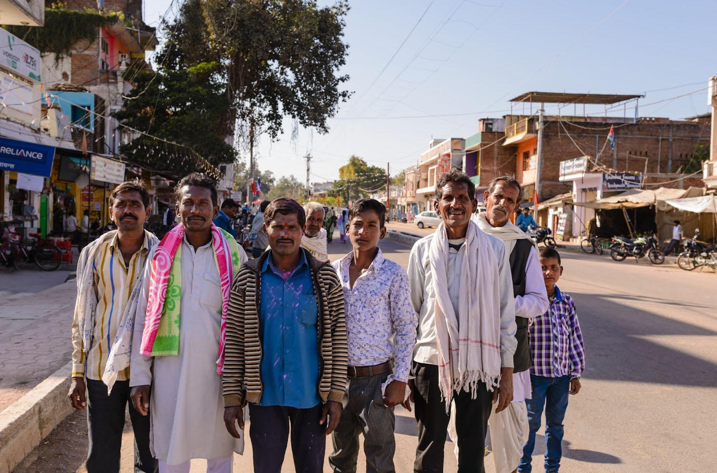 Снимок 18. Встреча на улице в Кхаджурахо. Отзывы о путешествии по Центральной Индии. 1/320, 5.6, 100, 24.