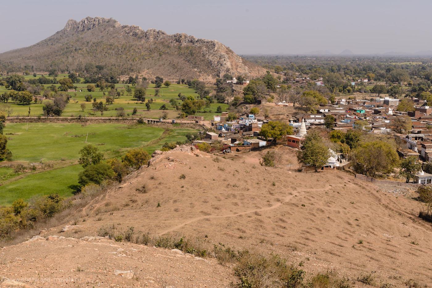 Фото 24. Вид на холм Dantla Hill и деревушка, к которой мы приехали из Кхаджурахо на велосипеде. 1/250, 9.0, 100, 55.