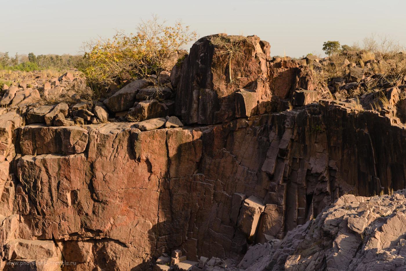Фото 3. Коричневые стены каньона реки Кен и водопадов Raneh Falls, сложенны кварцем. Отзывы об экскурсии в Кхаджурахо. 1/160, -1.0, 9.0, 160, 70.