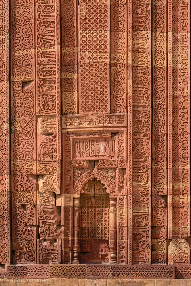 Фотография 4. Резные стены развалин мечети Кувват-уль-Ислам. Отчет о поездке в Кутб-Минар самостоятельно.