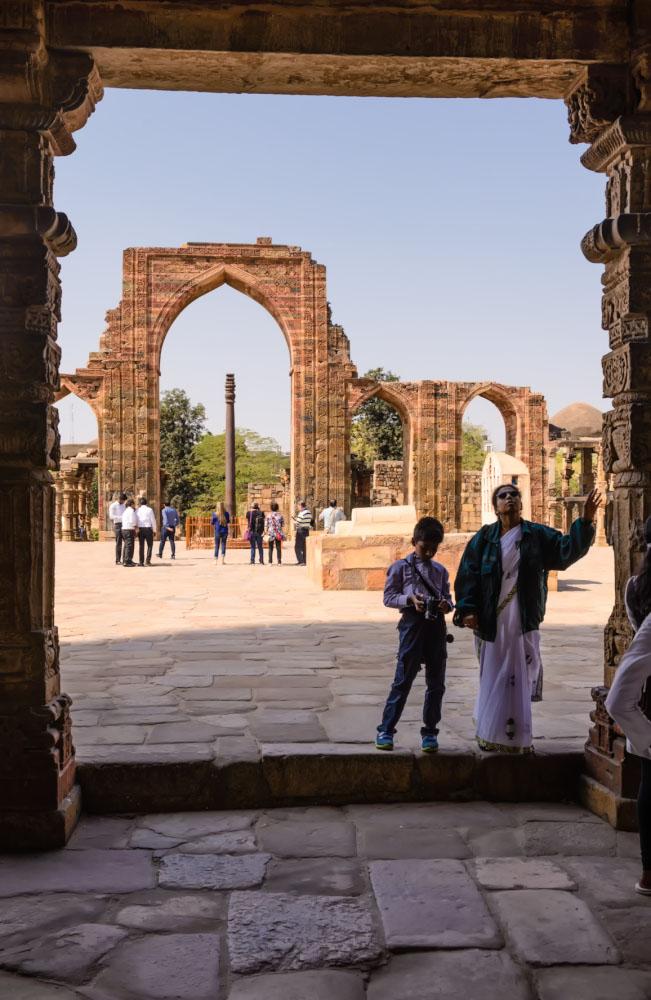 Фото 5. Вид на Кутубову колонну с центрального входа. Отчет об однодневных экскурсиях в Дели.