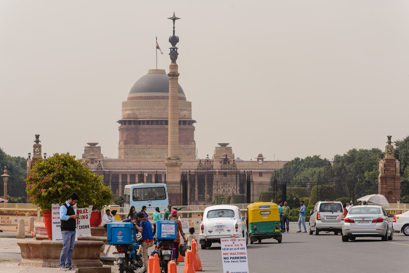 Снимок 31. Дворец президента Раштрапати-Бхаван. Перед ним - Джайпурская колонна, подаренная махараджей Джайпура при строительстве дворца в 1911 году по поводу переноса столицы Индии из Калькутты в Дели.