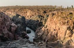 Mne vspomnilis krasnye skaly obrazuiushchie kanon vdol reki Ken v tsentralnoi Indii Posmotrite kak vpechatliaiushche vygliadit vodopad Ranekh v sezon mussonov.