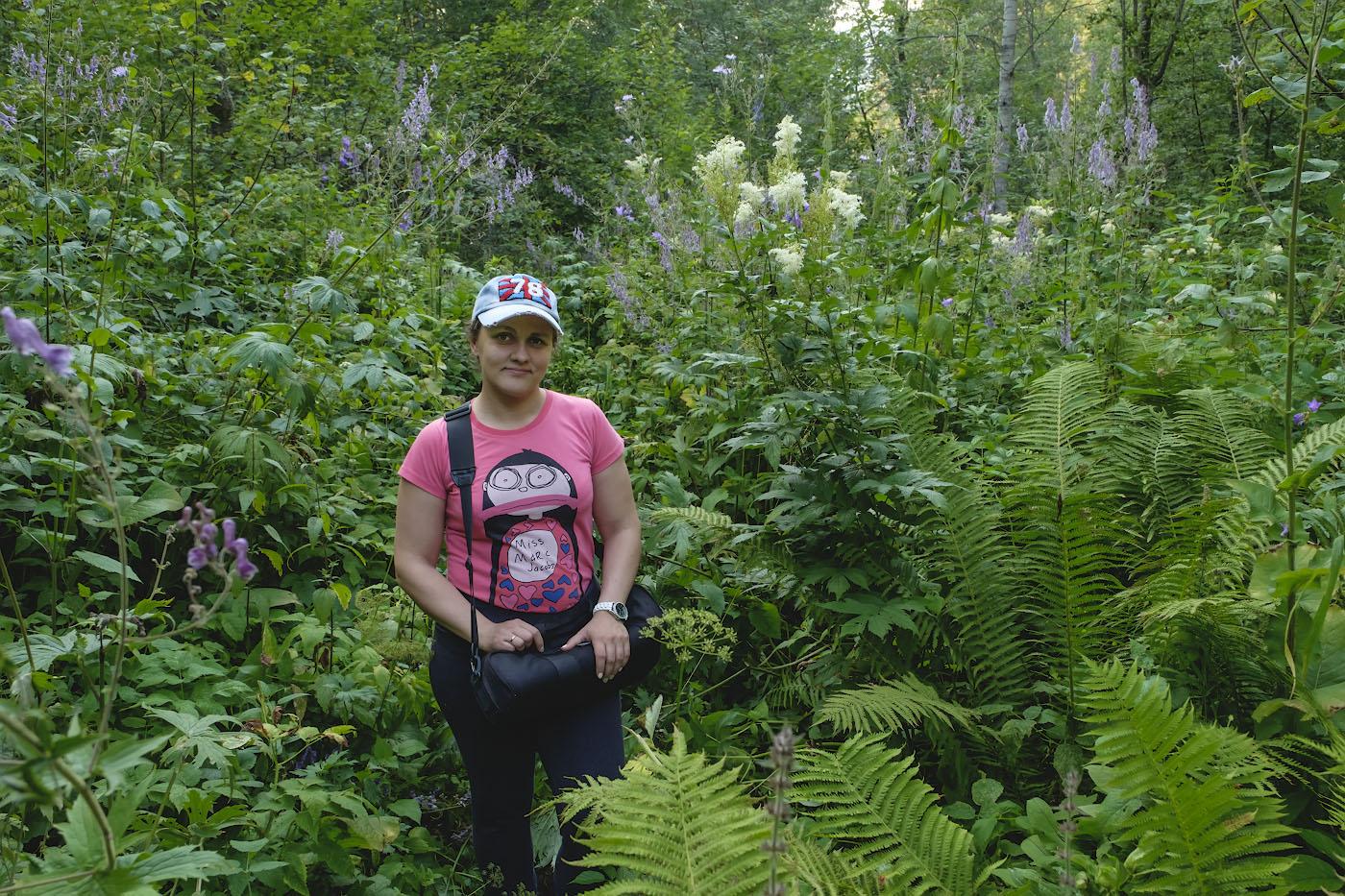 Фотография 19. По Башкирским джунглям идем снимать водопад. У жены в руках чехол от моего карбонового штатива Sirui T-2204X. Камера Fujifilm X-T10, объектив Fujifilm 16-55mm f/2.8.