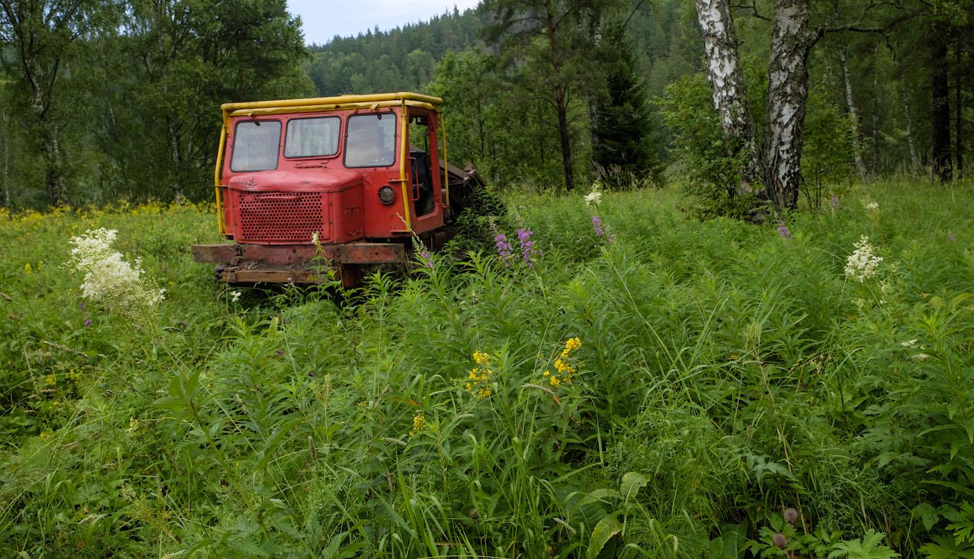 Фото 32. Съемка индустриального пейзажа на Fujifilm X-T10 с репортажным объективом Fujinon 16-55mm f/2.8. Не уверен, но предположу, что на снимке - трелевочный трактор ТДТ-60 Алтайского тракторного завода.