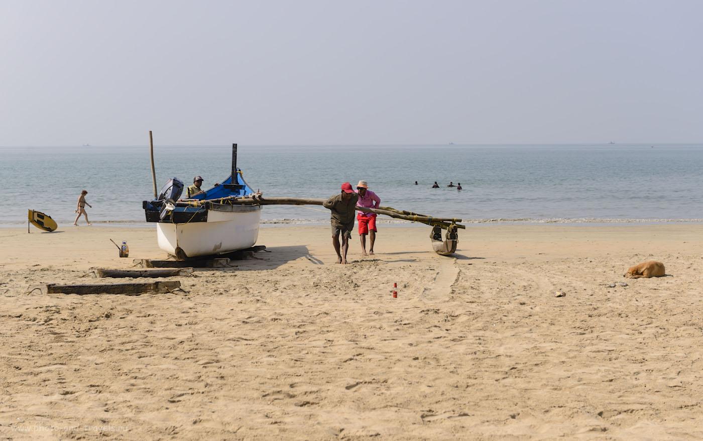 Фотография 26. Рыбаки, собака, индийские отпускники и «нагая» женщина на пляже Палолем. Минусы отдыха в Гоа. 1/640, 6.3, 100, 60.