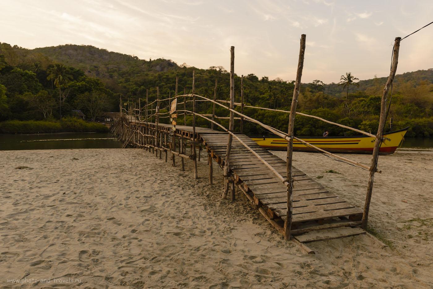 Фотография 22. Мост к «Центру йоги» в северной части пляжа Палолем (см. карту выше). 1/250, -0.67, 8.0, 180, 24.