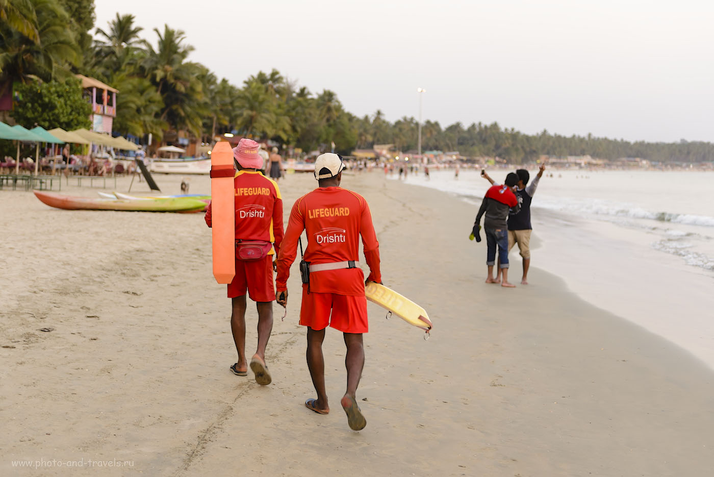 Фото 25. Спасатели на пляже Палолем отвечают за безопасность туристов во время пляжного отдыха. 1/100, +0.33, 2.8, 400, 52.
