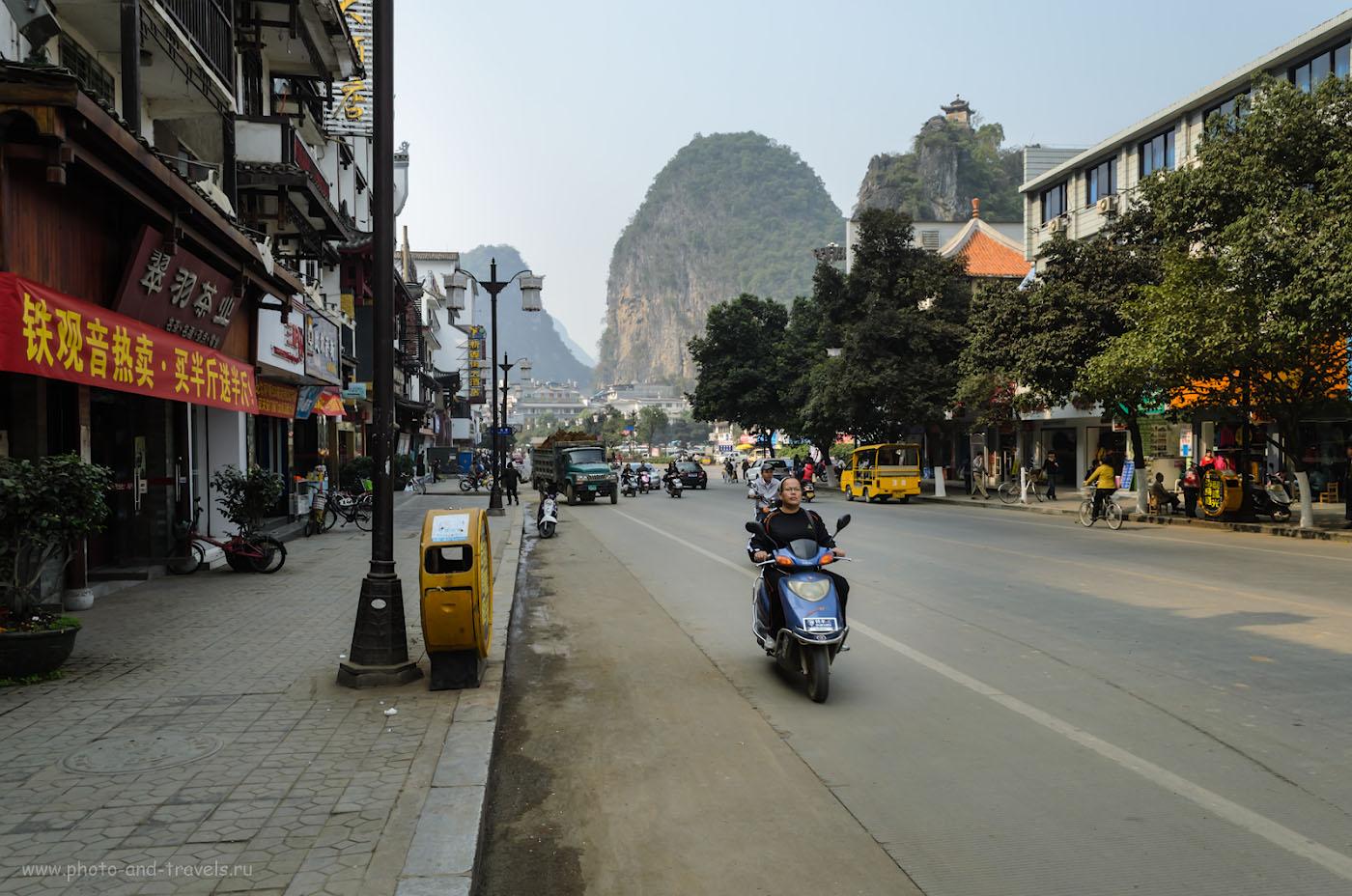 """Фотография 2. Где поселиться в Яншо. Улица, на которой расположен наш отель """"Yangshuo West Street Vista Hotel"""". Отзывы о самостоятельной поездке в Китай. 1/125, 11.0, 200, 18."""