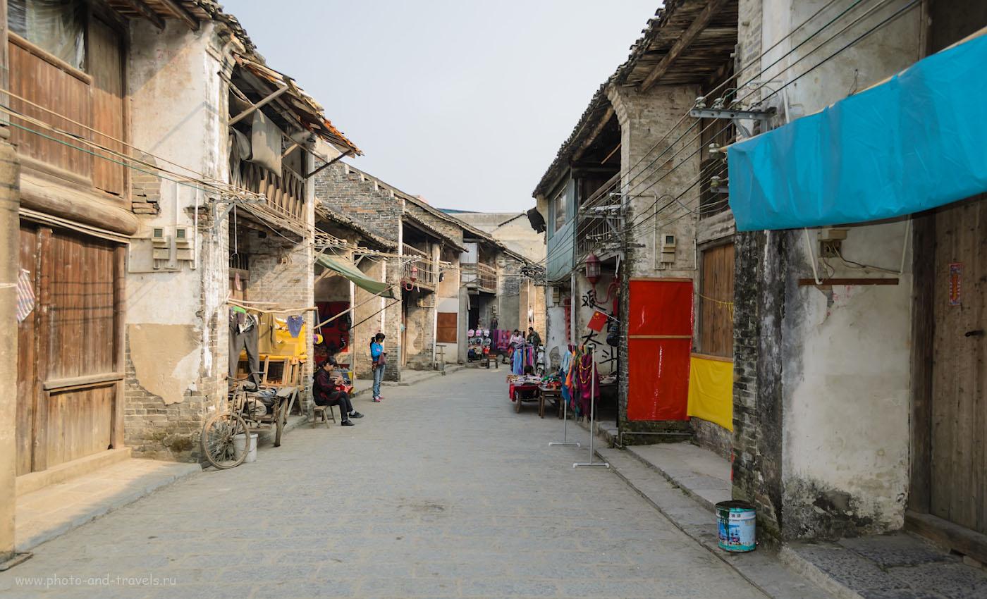 6. Улицы старинной деревеньки Синьпин в окрестностях Яншо. Сюда приезжают туристы, чтобы сплавиться по реке Лицзян на плотах. 1/200, 5.6, 100, 18.