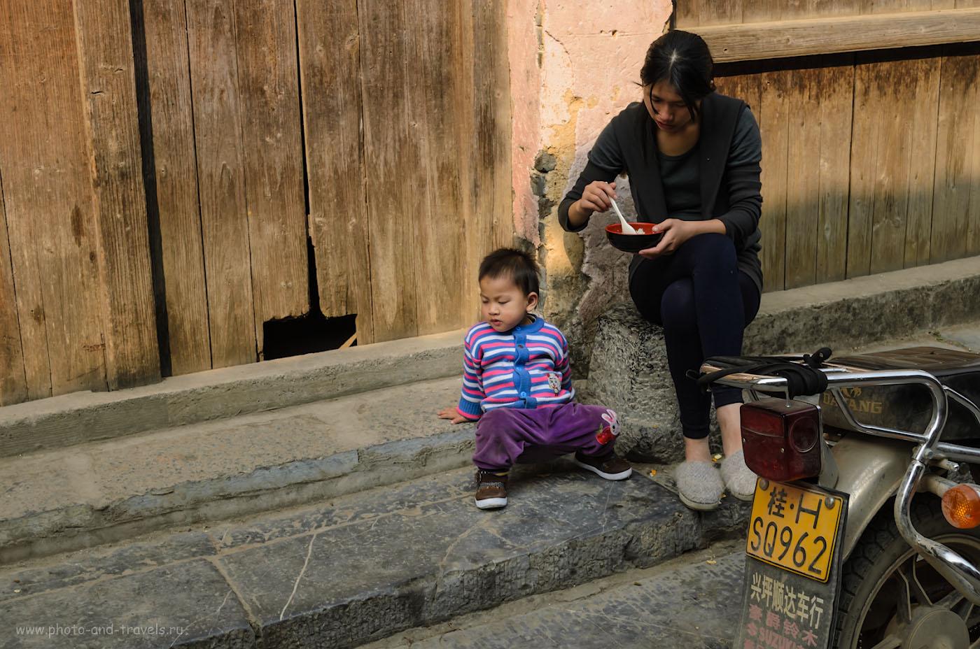Фото 7. Деревня Синьпин в окрестностях городка Яншо. Мамы воспитывают сыновей. 1/250, 8.0, 200, 30.