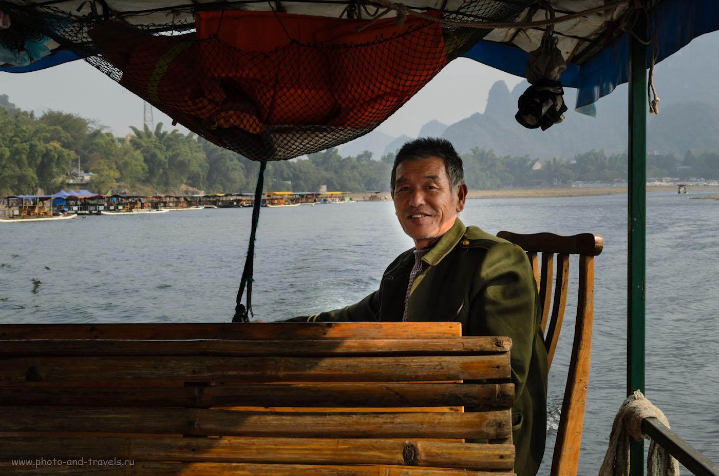 Фото 14. Водитель нашего бамбукового плота. Отчет о сплаве по реке Лицзян в окрестностях Яншо, куда мы добрались из города Гуйлинь. 1/125, 11.0, 100, 24.