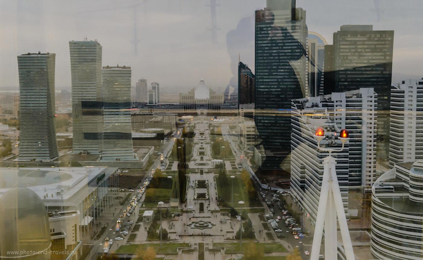 Фотография 3. Такой вид открывается с башни Байтерек на Водно-зеленый бульвар. По этой улице мы прогуливались во время пересадки в Астане во время перелета из Екатеринбурга в Урумчи. Отзыв о самостоятельном путешествии по Китаю. Камера Nikon D610, объектив Nikon 24-70mm f/2.8. Настройки: выдержка 1/80, экспокоррекция +0,33 EV, диафрагма f/4.0, ISO 2200, фокусное расстояние 40 мм.
