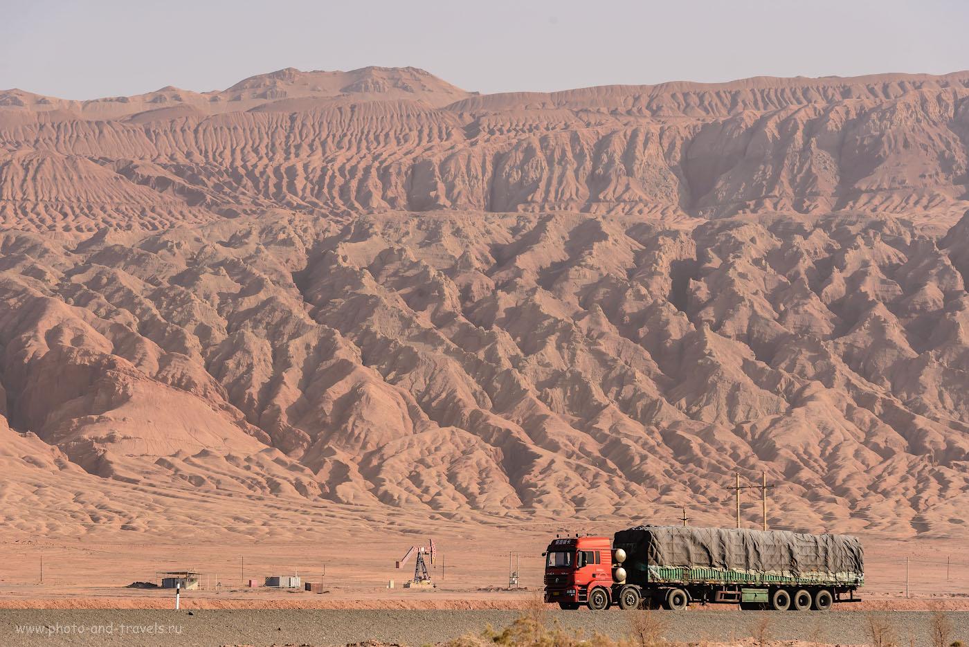Фото 26. Возможно, корни уйгурского сепаратизма в богатстве региона. В СУАР добывают нефть и газ. Нефтяная вышка на фоне пылающих гор в Турфане. Отзывы туристов о путешествии по Китаю дикарями. 1/800, 0.33, 9.0, 560, 150.