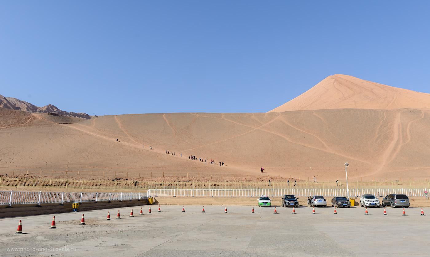 Снимок 9. Рядом с пещерами тысячи Будд Безеклик возвышаются песчаные горы. Если хотите сэкономить в путешествии, можете только на них подняться. Отзыв о путешествии по Китаю самостоятельно. 1/800, -0.33, 9.0, 250, 27.