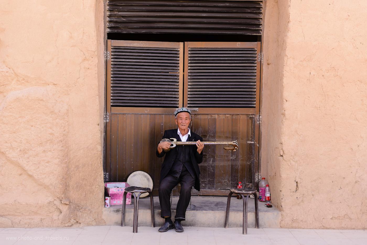 Фотография 17. Народный уйгурский музыкант, услаждающий слух туристов, наведавшихся в Безеклик. 1/250, 0.67, 2.8, 100, 58.