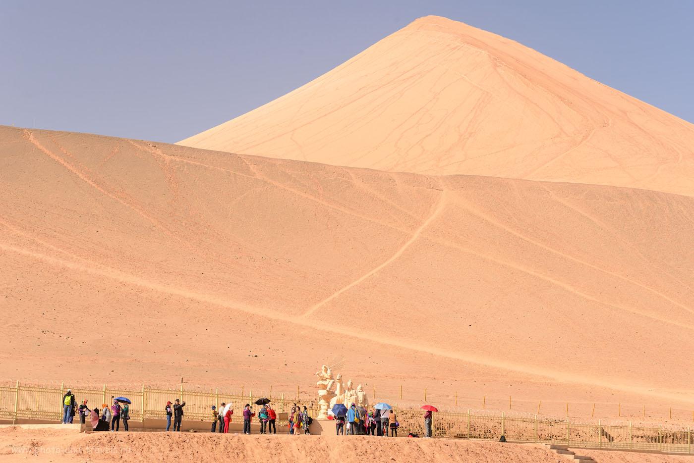 Фото 5. Китайские туристы на фоне горы возле пещер Безеклик. Отзыв об экскурсиях в Турфане. Поездка в Китай самостоятельно. 1/160, +1.0, 8.0, 200, 70.