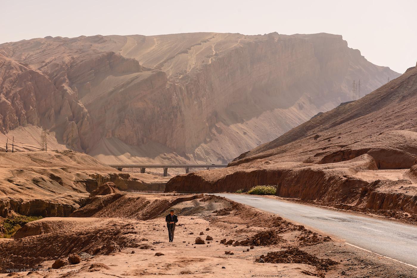 Снимок 24. Одинокий уйгур в Пылающих горах Синьцзян-Уйгурского автономного района Китая. 1/500, -0.67, 8.0, 100, 60.