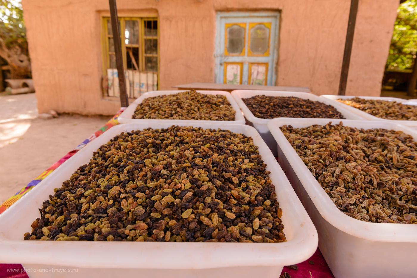 Фото 1. В Турфанском оазисе производится 90% всего винограда и изюма Китая. Жители кишлака Туюк-мазар предлагают деликатесы туристам. Камера Nikon D610, объектив Nikon 24-70mm f/2.8, настройки: выдержка 1/50 сек, экспокоррекция -0,67 EV, диафрагма f/8.0, ISO 220, фокусное расстояние 24 мм.