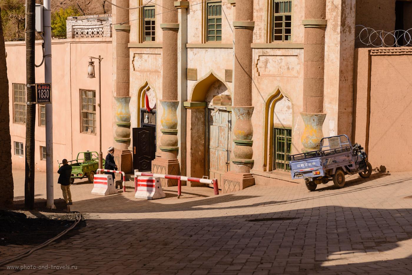 Фото 4. Имам у входа в мечеть в кишлаке Туюк-мазар. Самостоятельное путешествие по северо-западу Китая. 1/500, 8.0, 100, 70.