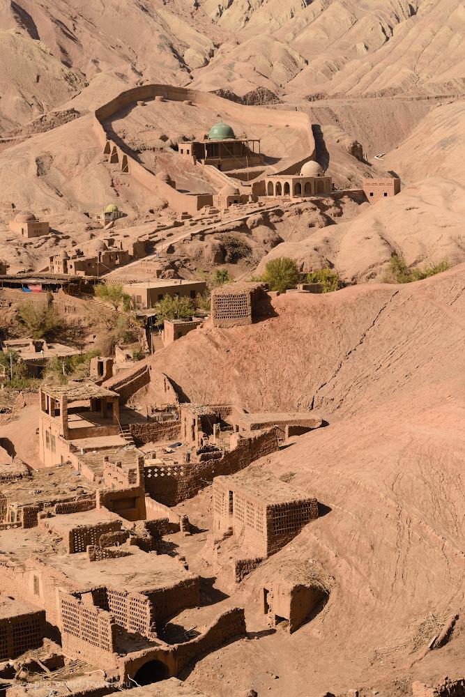 Фото 11. Кишлак Туюк-мазар и пещера Асхаб аль-Кахф Мазар. Поездка в СУАР в Китае дикарем. Камера Nikon D610, телеобъектив Nikon 70-200mm f/2.8G. Настройки: 1/200, +0.33, 8.0, 180, 86.