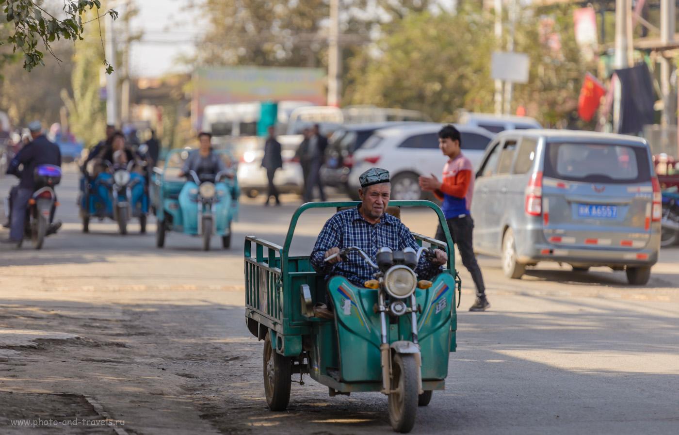 Фото 28. Трехколесные мотоблоки – самый распространенный вид транспорта в городах СУАР. Хотя в отчетах туристов можно увидеть и повозки, запряженные ослами или мулами. 1/400, 2.8, 160, 195.