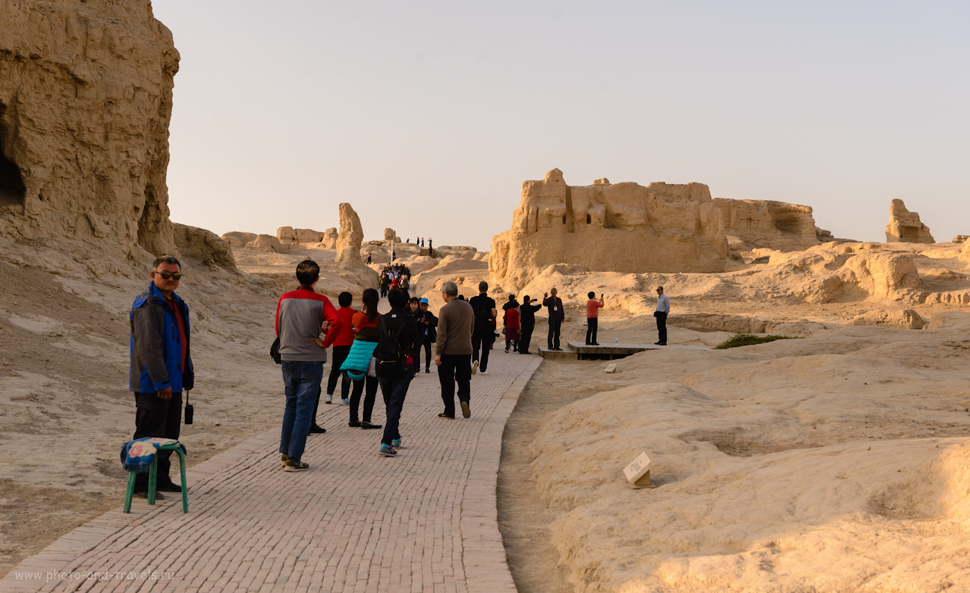 Фотография 7. Экскурсия в городище Цзяохэ. На входе в археологический комплекс остаться в тишине не получится. Отчет о поездке в Синьцзян-Уйгурский автономный район Китая.