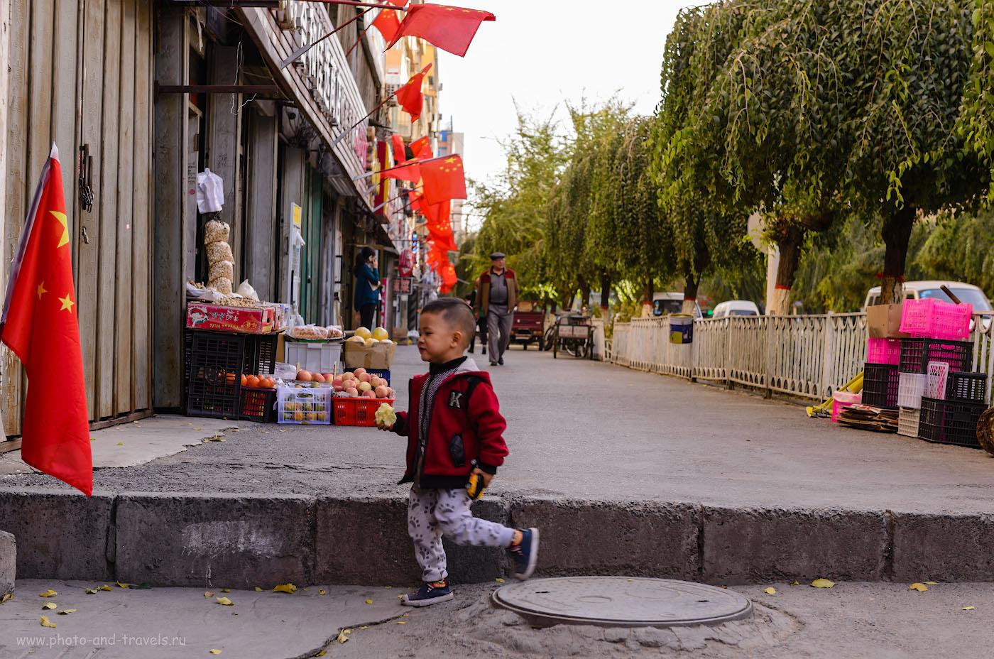 Фотография 27. В школах, в ВУЗах и на фабриках в СУАР много внимания уделяется политинформации. Такого количество китайских флагов мы не видели нигде больше в Китае. С юных лет здесь приучают любить родину-отца. 1/400, 4.5, 100, 52.