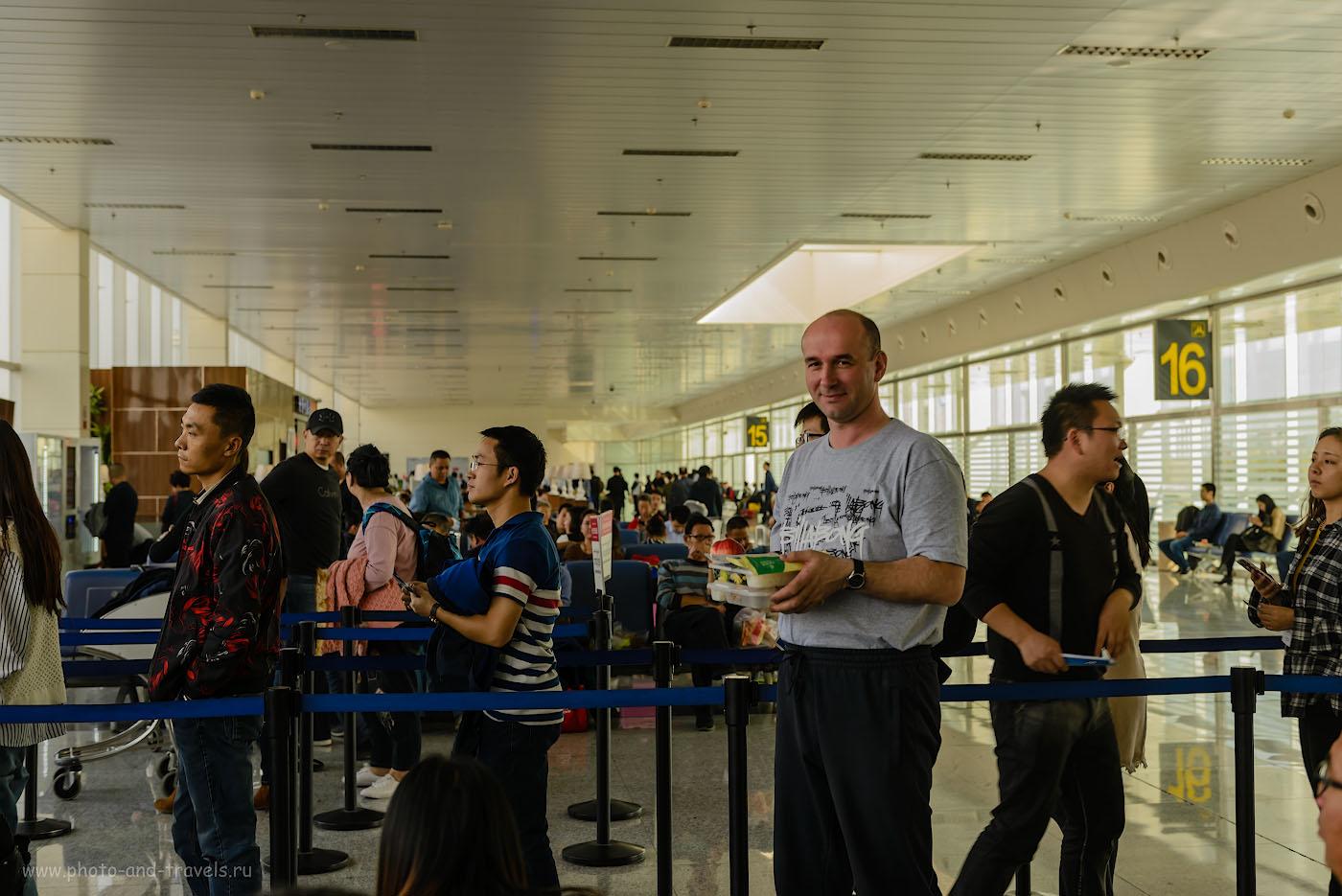 Фото 16. Получил свой паек во время ожидания вылета в аэропорту «Дивопу» в Урумчи. Приключения россиян в Китае. 1/100, 0, 4.0, 140, 42.